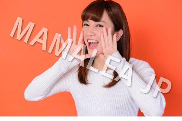 笑顔で叫ぶ女性