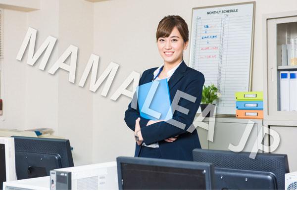 会社にいるスーツの女性