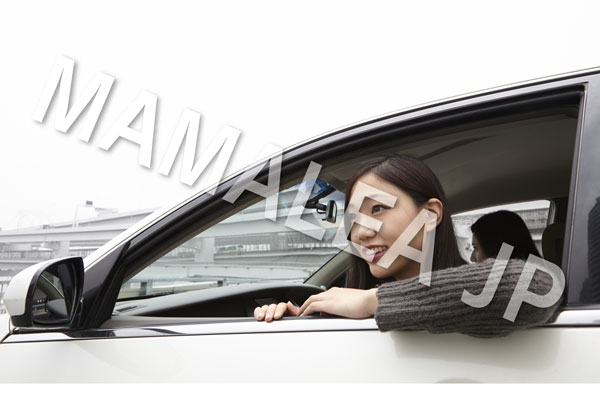 車の窓から顔を出す女性